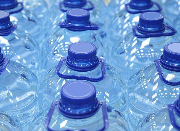 Dùng nước uống đóng bình có thật sự tốt đối với sức khỏe - ảnh 1